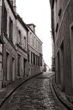 Smal kullerstengata för liten by i Frankrike Arkivbild