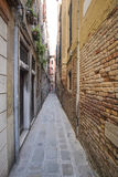 smal medeltida gata i Venedig Arkivfoton