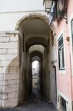 Smal och högväxt valvgång i det Alfama området, Lissabon Royaltyfri Foto