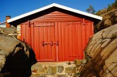 Smal rood botenhuis bij de haven, Noorwegen Royalty-vrije Stock Foto
