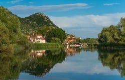 Smal stad Dodoshi reflekterad i vatten Royaltyfri Bild