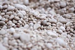 Smal-Steine auf einem Strand in Italien Stockbild