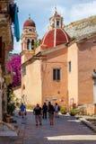 Smal turist- gata av den Korfu staden Royaltyfri Bild