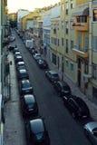 Smal väg med parkerade bilar i Lissabon arkivfoto