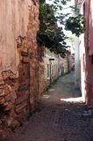 Smal väg mellan gamla skadade stenhus Arkivbilder