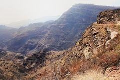 Smal väg vid klippan till Mogan i kanariefågelöarna Royaltyfri Fotografi