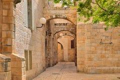 Smala gata- och stonrdhus på den judiska fjärdedelen i Jerusalem. arkivfoto