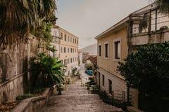 Smala gator av den historiska gamla staden Herceg Novi, Boka Kotor gilf arkivfoton