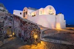 Smala gator av den Oia byn i aftonen, Santorini, Grekland Fotografering för Bildbyråer