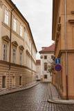 Smala gator av Prague i den centrala delen av staden Arkivfoton