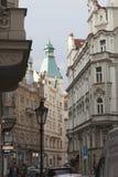 Smala gator av Prague i den centrala delen av staden Royaltyfri Bild