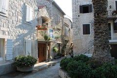 Smala gator av Trogir, Kroatien med vit stenar hus i den gamla staden arkivbild