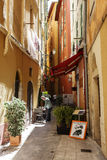 Smala gator i den gamla staden av Nice, Frankrike Arkivbilder