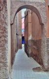 Smala gator i medinaen av Marrakech, Marocko Royaltyfri Foto
