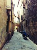 Smala gator i Siena Italy Arkivfoto