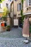Smala gator med olika gallerier och shoppar i Gordes, Provance arkivbilder