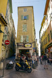 Smala gator, Vieille Ville, Nice, Frankrike Royaltyfria Bilder