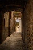 Smala gränder i den medeltida staden av Bevagna Italien Arkivfoton
