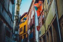 Smala slingriga gator av Porto med färgrika byggnader arkivfoton