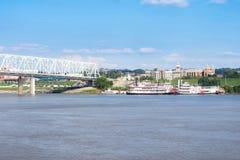 Smale-Flussufer-Park in Cincinnati, Ohio nahe bei dem John ein Rogen lizenzfreie stockfotos