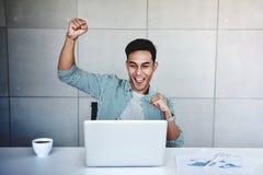 Small Business en Succesvol Concept Jonge Aziatische Zakenman Glad om Goed Nieuws of Hoge Winsten te ontvangen royalty-vrije stock fotografie