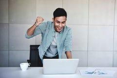 Small Business en Succesvol Concept Jonge Aziatische Zakenman Glad om Goed Nieuws of Hoge Winsten te ontvangen royalty-vrije stock afbeeldingen