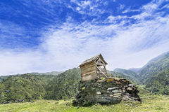 Small hut on top of a mountain in Janjehli valley Stock Image