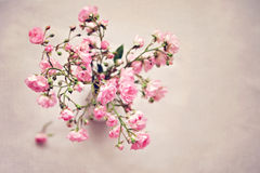 Small pink roses in a vase, texture background Royalty Free Stock Photos
