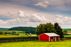 Small red stable and view of farms in Southern York County, Penn Stock Photos