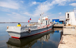 The small ship is at the quay wall of the river port in Samara, Stock Images