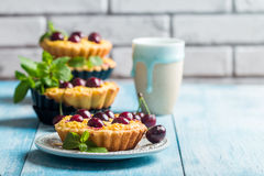 Small tarts with fresh cherries Royalty Free Stock Photos