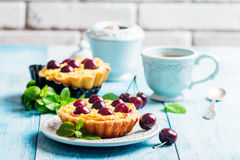 Small tarts with fresh cherries Stock Photography