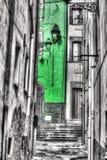 Smalle backstreet in de oude stad van Bosa in selectieve desaturatie royalty-vrije stock fotografie