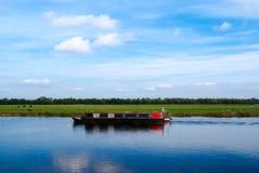 Smalle boot op een rustige rivier Royalty-vrije Stock Foto