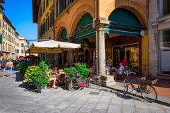 Smalle comfortabele straat in Pisa, Toscanië stock foto