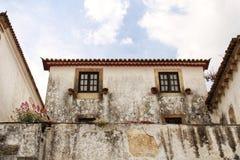 Smalle en kleurrijke straten, voorgevels en balkons van Obidos stock afbeelding
