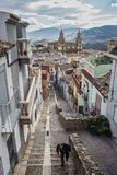 Smalle en steile straat van het Kapitaal van Jaen, op de achtergrond de Heilige Kathedraal van de stad royalty-vrije stock foto's