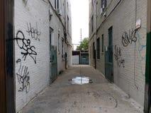 Smalle Gang tussen Gebouwen, Steeg, Astoria, Queens, NYC, de V.S. stock foto