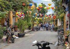 Smalle het winkelen straat met kleurrijke lampekappen in Hoi An, Vietnam royalty-vrije stock fotografie