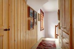 Smalle houten plank met panelen beklede gang royalty-vrije stock afbeelding
