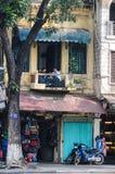 Smalle huizen op de straat van Hanoi Royalty-vrije Stock Foto's