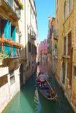 Smalle kanalen met gondels Venetië, Italië, Europa. Stock Foto