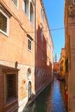 Smalle kanalen met gondels Venetië, Italië, Europa Stock Fotografie