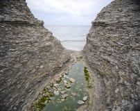 Smalle kloof en oceaan Royalty-vrije Stock Foto's