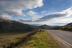 Smalle landweg in de Schotse Hooglanden, het Verenigd Koninkrijk Royalty-vrije Stock Afbeelding