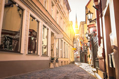Smalle middeleeuwse straat in oude stad Riga - Letland Royalty-vrije Stock Foto's