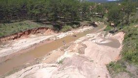 Smalle modderige die rivier voor zand wordt gebruikt die de mening van het vogeloog halen stock videobeelden