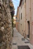 Smalle oude straat in Frankrijk stock afbeelding
