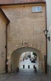 Smalle oude straat in Riga Stock Foto's