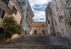 Smalle stappen aan huizen in Oude Stad Korfu stock afbeelding